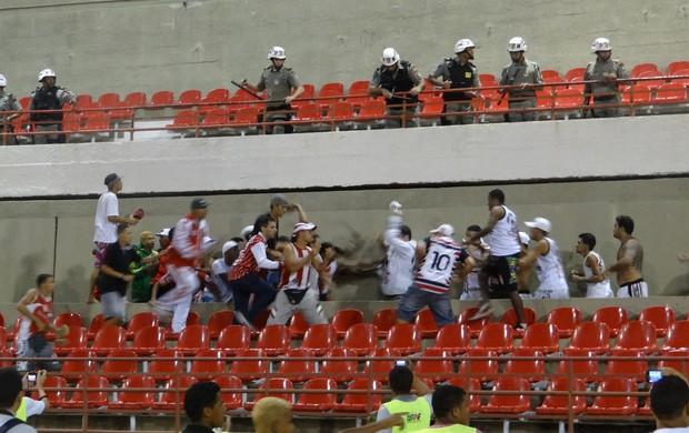 Torcedores do CRB e Santa Cruz se enfrentaram durante intervalo do jogo no Rei Pelé (Foto: Caio Lorena / Globoesporte.com)