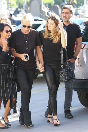 Xuxa, Sasha e Junno chegam ao velório (Foto: Roberto Filho / BRAZIL NEWS)
