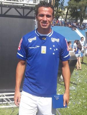Leandro Damião mostra nova camisa do Cruzeiro para 2015 (Foto: Tayrane Corrêa)