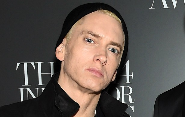 Numa de suas recém-lançadas músicas, Eminem sugere estuprar a rapper Iggy Azalea (que, aliás, tem idade para ser filha dele). Cara, volte duas casas no tabuleiro do show business e fique quatro rodadas sem jogar. (Foto: Getty Images)