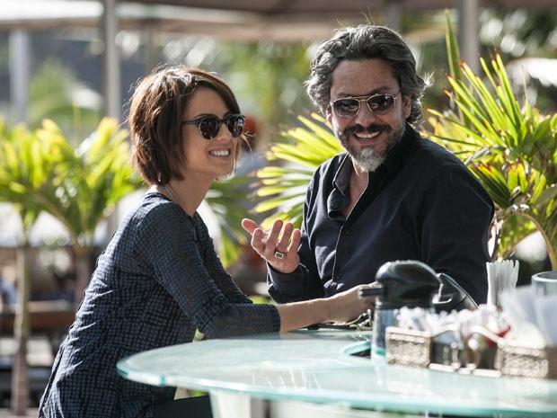 Alexandre Nero e Andreia Horta se divertem nos bastidores da gravação (Foto: Inácio Moraes/TV Globo)