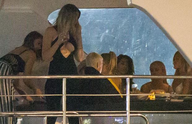 Justin Bieber curte noitada com mulheres (Foto: Grosby Group)