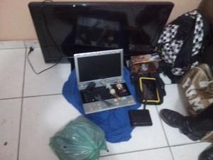 Materiais apreendidos com dupla de assaltantes (Foto: Divulgação / Polícia Militar)