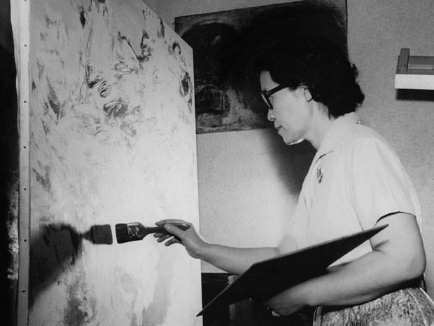 Retrato da artista plástica japonesa naturalizada brasileira, Tomie Ohtake, que em 1960 recebeu o Prêmio Probel de pintura (Foto: Arquivo/Estadão Conteúdo)