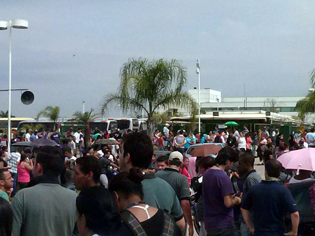 Cerca de 500 trabalhadores permanecerm em frente a fábrica em Sorocaba (Foto: Felipe Nagatomo/ Tem Você)