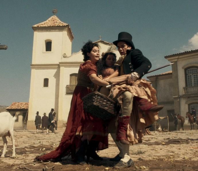 André socorre Mimi, que passa mal no meio da rua (Foto: TV Globo)