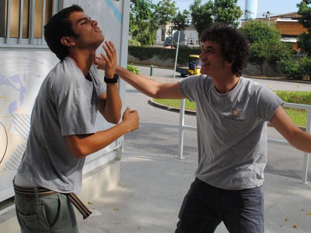 Atrás das câmeras, os dois aproveitam para se divertir (Foto: Malhação / Tv Globo)
