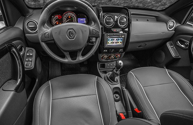 Posição de dirigir é apenas um pouco mais baixa do que a de uma média (Foto: Marcos Camargo/Autoesporte)