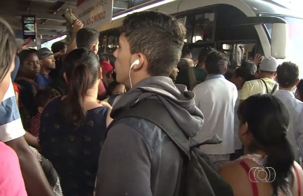 Usuários enfrentam filas para entrar em ônibus do Terminal Vera Cruz, em Goiânia (Foto: Reprodução/ TV Anhanguera)
