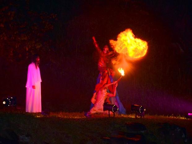 Espetáculo contou com pirofagia durante cenas da Paixão de Cristo em Piracicaba (Foto: Fernanda Zanetti/G1)
