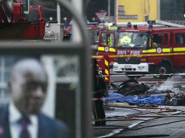 Três veículos que estavam na região foram atingidos, segundo as testemunhas. Havia destroços pelas rua. (Foto: Stefan Wermuth/Reuters)