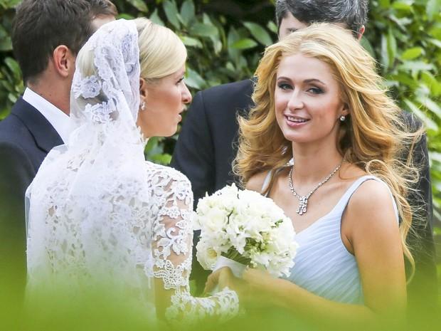 Nicky Hilton e Paris Hilton em casamento em Londres, na Inglaterra (Foto: Grosby Group/ Agência)