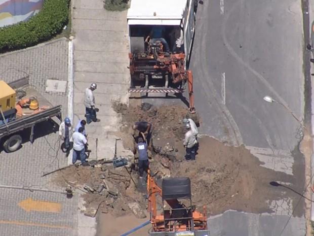Equipe da Copergás trabalha para consertar dano à tubulação de gás (Foto: Reprodução / TV Globo)