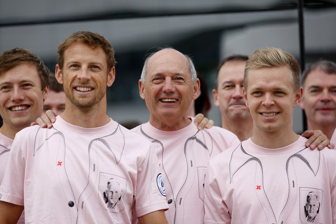 Jenson Button, Ron Dennis e Kevin Magnussen com a camisa em tributo a John Button (Foto: Getty Images)