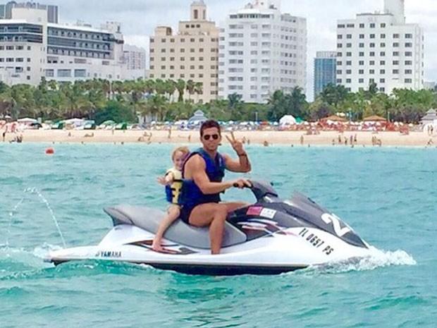 Amaury Nunes com Guy, filho de Danielle Winits, em Miami, nos Estados Unidos (Foto: Instagram/ Reprodução)