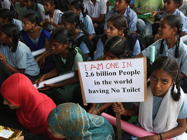 Campanha quer aumentar o número de adolescentes indianas que terminam o ensino médio (Foto: Mahesh Kumar A./AP)