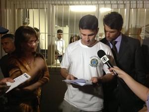 Juiz eleitoral divulga o resultado da eleição em Barra do Piraí, RJ (Foto: Ana Cláudia Gonçalves/G1)