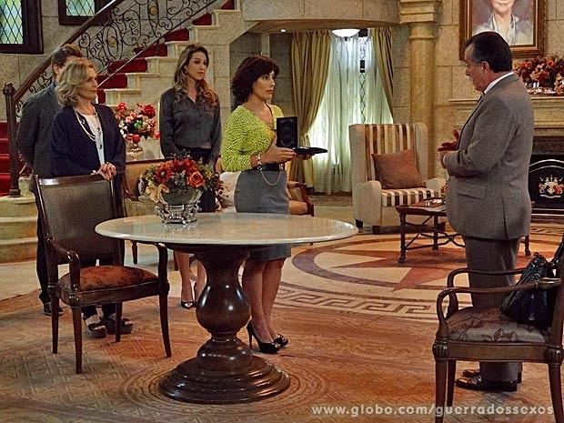 Roberta entrega diamantes a Otávio (Foto: Guerra dos Sexos / TV Globo)