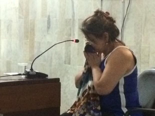 Cátia Cozac se emociona durante julgamento de acusados de matar Martha Cozac Goiânia Goiás (Foto: Reprodução/ TV Anhanguera)