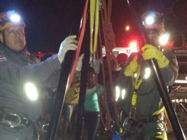 Mulher de 37 anos é retirada de poço na Bahia (Foto: Divulgação / Bombeiros)