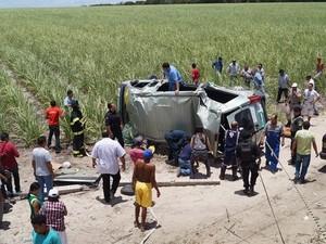 Veículo ficou destruído com o impacto do acidente. (Foto: aquiacontece.com)