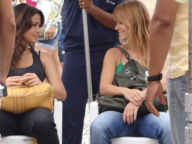 Nanda Costa e Carolina Dieckmann mostram sintonia enquanto aguardam a hora da gravação (Foto: Salve Jorge/TV Globo)