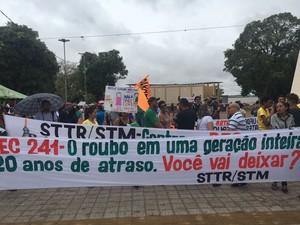 Com faixas e cartazes eles perdiram a não aprovação da PEC 241 (Foto: Reginaldo Balieiro/TV Tapajós)