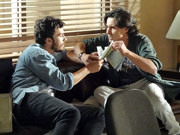 Rodrigo e Pedro já sabem como continuar a busca pelas pistas (Foto: Amor Eterno Amor/TV Globo)