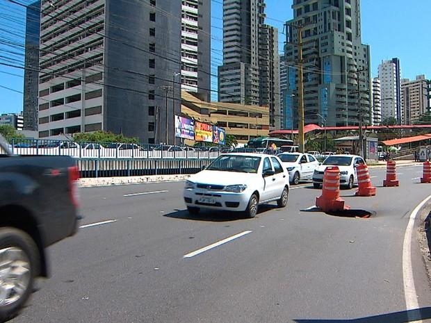 Buraco na Avenida Tancredo Neves, em Salvador (Foto: Reprodução/TV Bahia)