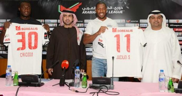 Caicedo e Jucilei no Al Jazira (Foto: Reprodução / Site Oficial)