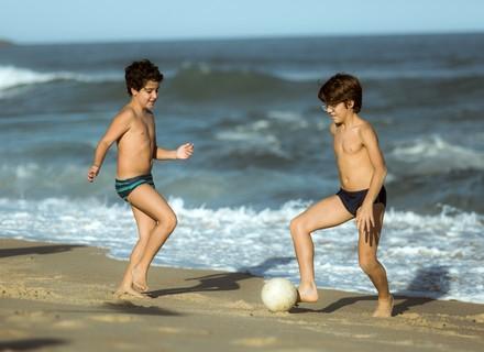 Lucas e Valentim se conhecem na praia sem saber que são irmãos