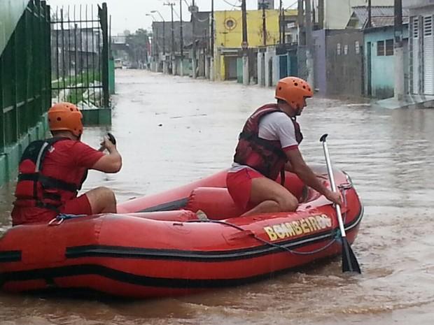 Bombeiros usam bote salva-vidas para atender ocorrências em Ferraz de Vasconcelos (Foto: William Tanida/TV Diário)