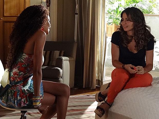 Morena conta para Sheila que só vai contar para Théo sobre a viagem depois do casório (Foto: Salve Jorge / TV Globo)