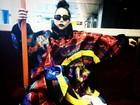Lady Gaga usa visual dark e tira onda com jaqueta de grife