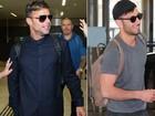 Com chinelo, Ricky Martin desembarca em SP com o namorado