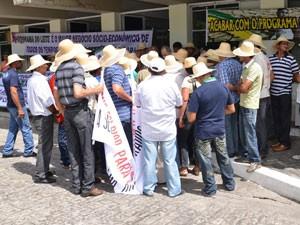 Agricultores ocuparam com faixas e cartazes a Delegacia Federal da Agricultura na Paraíba (Foto: Walter Paparazzo/G1)