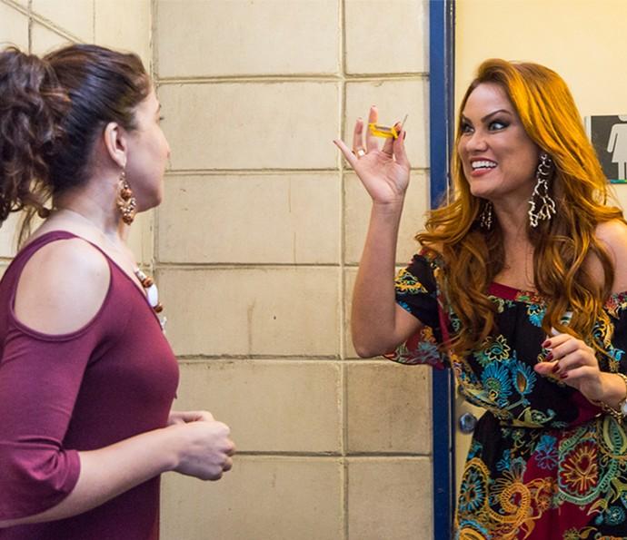 Leonora tranca Ana Paula dentro do banheiro e corre para entrar em reunião com Bial (Foto: Artur Meninea/Gshow)