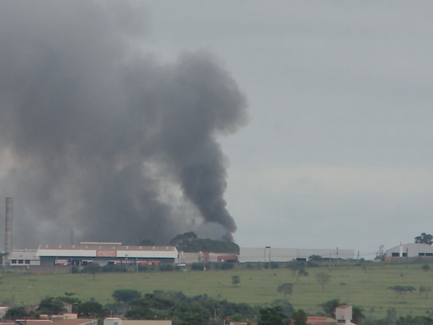 Bombeiros foram acionados para controlar incêndio (Foto: Reprodução/TV TEM)