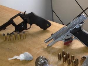 Armas, munição e drogas foram apreendidas pela polícia, em Goiânia, Goiás (Foto: Paula Resende/ G1)