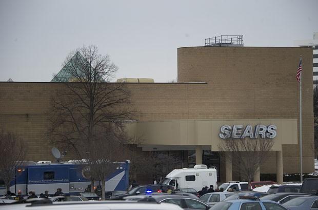 Carros de emergência estacionados em frente ao Columbia Mall, onde três pessoas morreram após tiroteio neste sábado (25) (Foto: Jim Watson/AFP)