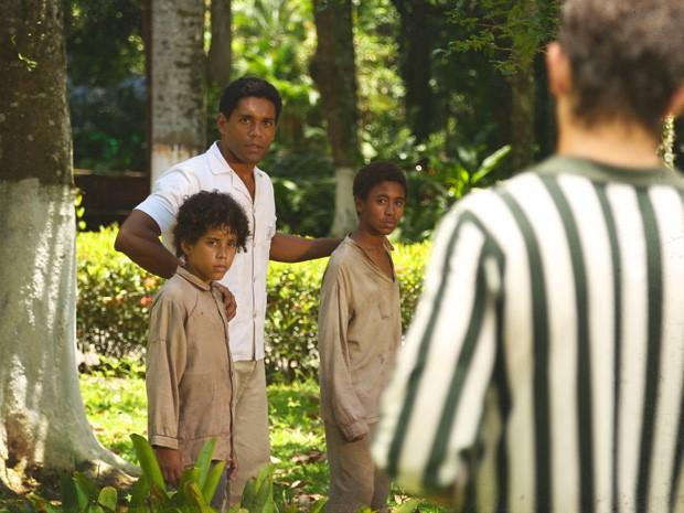 Chico aparece para tirar os meninos dali antes que a situação piore (Foto: Lado a Lado/TV Globo)