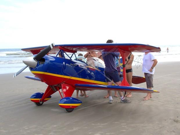 Avião fez pouso forçado em praia de Itanhaém, SP (Foto: Dino Filho / VC no G1)