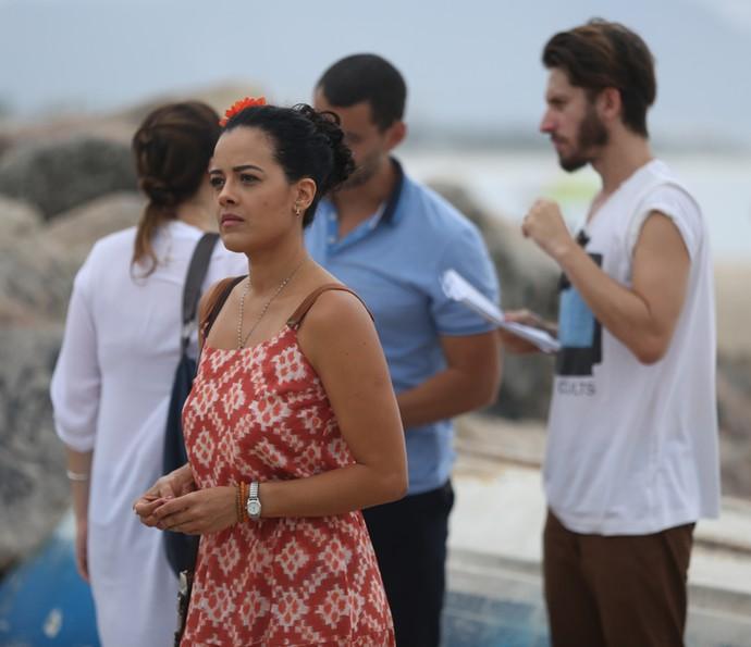 Maeve Jinkgs aguarda enquanto o diretor Henrique Sauer dá instruções para Carmo Dalla Vecchia e Larissa Bracher (Foto: Fabiano Battaglin / Gshow)