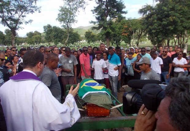O enterro do cabo da PM do Rio Rogério Pereira da Silva, de 39 anos, em fevereiro (Foto: Arion Marinho/Parceiro/Agência O Globo)