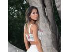 Mayra Cardi posa com microshort e mostra parte do bumbum