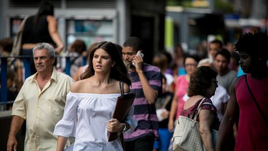 Luíza procura emprego pelas ruas e pede ajuda a Douglas