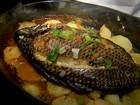 Aprenda a fazer uma receita de tilápia com batata e verdura