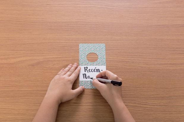 5. Com a caneta permanente, escreva as idades da criança, começando por recém-nascido. (Foto: Bruno Marçal / Editora Globo)