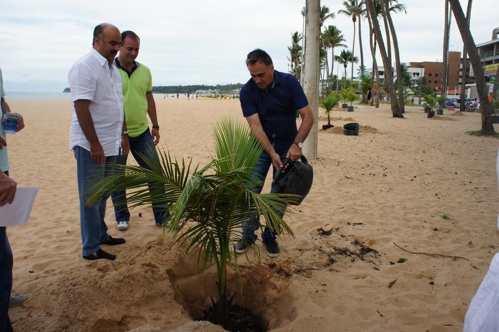 Prefeito de João Pessoa, Luciano Cartaxo, plantando uma das mudas do projeto (Foto: TV Cabo Branco)