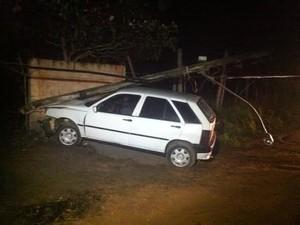 Carro quebrou o poste que caiu desligando a energia (Foto: Fabiana de Mutiis/G1)